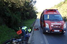 Condutor de moto foge após acidente e deixa passageira gravemente ferida na BR-470 em Otacílio Costa +http://brml.co/1IB25a6