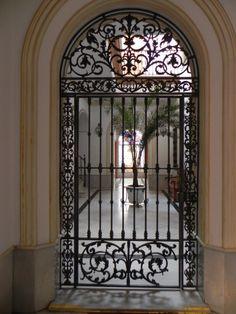 Patio de una casa familiar Wrought Iron Decor, Iron Gate Design, Entrance Gates, Beautiful Doors, Wrought Iron Gates, Wrought Iron Front Door, Wrought Iron Fences, Iron Decor, Old Doors