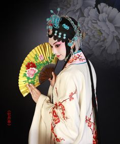 Peking opera is a traditional style of Chinese theatre performance and is regarded as the quintessence of Chinese culture, enjoying a history of more than 200 years. Traditional Chinese, Chinese Style, Traditional Outfits, Chinese Makeup, Chinese Crafts, Peking, Chinese Opera, Chinese Martial Arts, Dragon Dance