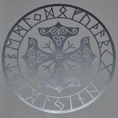 Questo disegno di Viking unisce il martello di Thor con la runa Algiz per creare un talismano protettivo. Questo è circondato da tutti i 24 caratteri del Fuþark antico. Questa decalcomania misura poco meno di 5(12,7 cm) di diametro ed è tagliato (non lasciando sfondo) da un vinile di