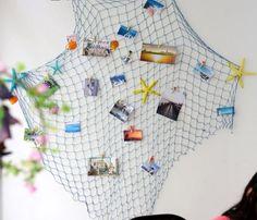 blaues Fischernetz mit Bildern an der Wand