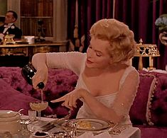 Trending GIF movie vintage drinking wine alcohol marilyn monroe champagne booze liquor the prince and the show girl Marylin Monroe, Hollywood Glamour, Old Hollywood, Hollywood Icons, Marie Claire, Champagne, Actrices Hollywood, Vintage Fur, Joan Crawford