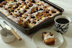 Bollefocaccia fylt med vaniljekrem og blåbær og med melis på toppen