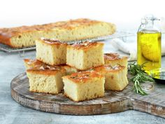 Focaccia i langpanne | Oppskrift - MatPrat Pavlova, Bagels, Naan, Hot Sauce, Cornbread, Feta, Camembert Cheese, Food And Drink, Dairy