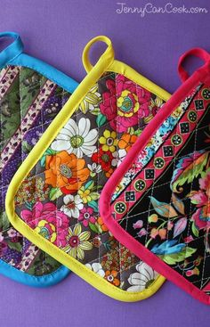 Homemade Pot Holders from Jenny Jones (JennyCanCook) - How to make your own colo. - Homemade Pot Holders from Jenny Jones (JennyCanCook) - How to make your own colo. Small Sewing Projects, Sewing Projects For Beginners, Sewing Hacks, Sewing Tutorials, Sewing Crafts, Sewing Diy, Diy Crafts, Free Sewing, Sewing Ideas