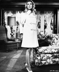 J'ai toujours gardé une tendre et enfantine admiration pour Samantha, la bien-aimée sorcière incarnée par Elizabeth Montgomery. A l'instar de cette autre héroïne télévisée des sixties qu'est Emma Peel avec Diana Rigg, je suis toujours émerveillée par...