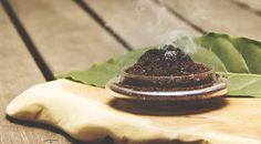まさか、コーヒーが蚊取り線香の代わりをするなんて!健康的でシンプルなライフスタイルを提案する「Simple Organic Life」で紹介されたとっても簡単な虫除けの方法を紹介しましょう。まず、材料は「コーヒーかす」。以上。作り方もシンプルです。①ドリップした後のコーヒーかすを集めてよく乾燥させてから、暗い場所に置いておく。②渇いたコーヒーかすを小皿の上に広げる。小さい子供やペットからは遠...