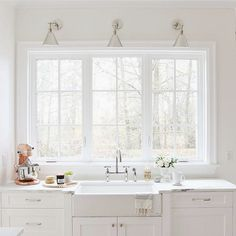 All white everything. Thank you @monikahibbs. ❤️ #white #simple #modern #farmhouse #traditional #kitchen