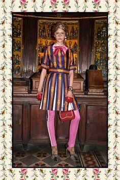 Guarda la sfilata di moda Gucci a Roma e scopri la collezione di abiti e accessori per la stagione Pre-Collezioni Autunno-Inverno 2017-18.
