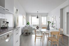 Vaaleat sävyt antavat kodille ajattoman tyylikkään ilmeen. Sisustus on myös helppoa ja vaihdeltavaa, kun kodin pinnoissa ei ole hallitsevaa värimaailmaa. Tämä ruokailutila löytyy Kuopion Matkusniemestä. Kitchen, Table, Furniture, Home Decor, Cooking, Decoration Home, Room Decor, Kitchens, Tables