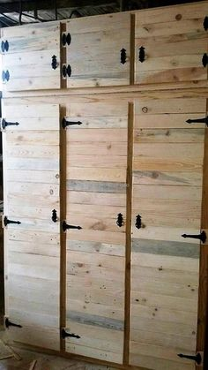 This is the quite moderate design of reclaimed wood pallet closet. It does give out a clean tidy look to your place with its charming beauty. This pallet made closet with three door section on top and three large wooden closet sections in lower portion appear great to meet all types of storage requirements.