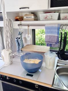 On the cupboards, ready, go! This is how we make our caravan ready to travel – Bl … - Modern Camping For Beginners, Camping 101, Camping Supplies, Camping Checklist, Camping World, Camping Essentials, Camping Life, Camping With Kids, Family Camping