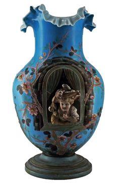 Vaso em opalina francesa com detalhe de rosto em alto relevo, base em madeira, med. 41 cm de altura (quebrado e colado)