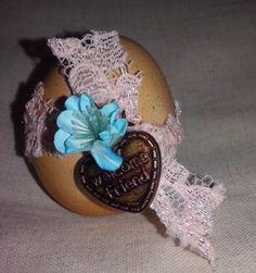 Huevo pintado con Cafe encaje melon flor azul y medalla de biendenido amigo