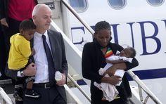 娘を抱いてイタリアの首都ローマ(Rome)の空港に降り立つメリアム・ヤヒア・イブラヒム・イシャグ(Meriam Yahia Ibrahim Ishag)さん(右)と、イシャグさんの息子を抱いて後に続くイタリアのラポ・ピステリ(Lapo Pistelli)外務副大臣(2014年7月24日撮影)。(c)AFP ▼25Jul2014AFP|死刑取り消しのキリスト教女性、イタリアに到着 法王と面会 http://www.afpbb.com/articles/-/3021455