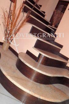 """scala in granito spessore cm. 3, coste lavorate a """"1/2 toro"""". Alzata in legno."""