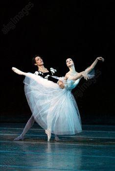 akg-images -Olesia Novikova et Mathieu Ganio dans GiselleDanse / Ballet. L'étoile russe Olesya Novikova en Giselle et l'étoile de l'opéra de Paris Mathieu Ganio en comte Albert sur la scène du théâtre Mariinski lors du 7e festival international de danse du Mariinski à Saint-Pétersbourg