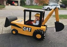 Radio Flyer Wagon turned into a Construction Backhoe for Halloween! - Wagon - Ideas of Wagon - Radio Flyer Wagon turned into a Construction Backhoe for Halloween! Wagon Costume, Toddler Boy Halloween Costumes, Halloween Kids, Baby Boy Halloween Costumes, Funny Costumes, Halloween Costumes For Families, Baby Costumes For Boys, Diy Masque, Baby Kostüm
