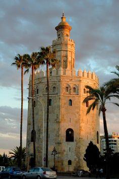 Torre del Oro. Torre albarrana situada en la margen izquierda del río Guadalquivir.