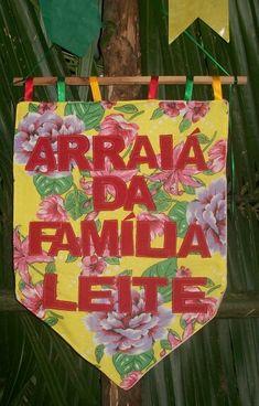 Cartaz do arraiá da família, feito de chitão e retalhos.