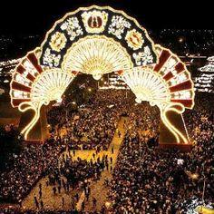 FERIA DE SEVILLA. La portada de la Feria del 2005, una de las más aclamadas por los sevillanos.