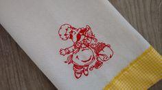 Pano de copa com bordado à máquina. Tema: Chefe Italiano cozinhando macarrão. <br> <br>Pano de prato em tecido de sacaria com barrado em tecido xadrez. <br> <br>Opção de outros motivos dessa série Chefe Italiano. consultar por mensagem. <br> <br>*Verificar cor / modelo / marca disponível. <br> <br>*A cor visualizada pode sofrer algumas variações devido a tela do seu computador.