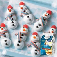 Burnbrae Farms – - Merry Meringue Snowmen - Create a winter wonderland of fun in the kitchen for you and your kids with this simple, meringue cookie. Check out this recipe! Christmas Goodies, Christmas Desserts, Christmas Baking, Kids Christmas, Christmas Crafts, Christmas 2016, Holiday Baking, Holiday Treats, Merry Christmas