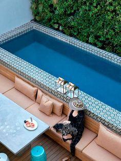 Una piscina con azulejos florales