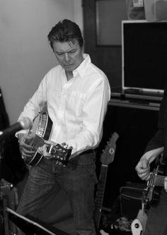 """David Bowie beschenkt an seinem Geburtstag seine Fans: Am 8. Januar soll sein neues Album """"Blackstar"""" erscheinen. Einen ersten Vorgeschmack auf den neuen Sound gibt es bereits jetzt."""