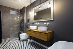 V koupelně majitelé nechtěli obklady. Barvu výmalby či stěrky lze totiž podle nich klidně za pár let změnit. Skříňka pod umyvadla je z masivního dřeva upraveného proti vodě.