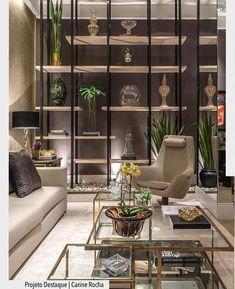 Estante multifuncional super criativa no ambiente de Carina Rocha na Casa Cor Goias. Destaque também para a mesa de centro dourada com alturas variadas. Ad #arquiteturadecoracao #casacorgoias #adsala #sala #livingroom