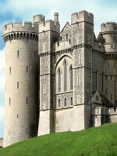 Arundel Castle is a restored and remodeled medieval castle in Arundel, West Sussex, England. It was established by Roger de Montgomery on Christmas Day Beautiful Castles, Beautiful Buildings, Beautiful Places, Chateau Medieval, Medieval Castle, Arundel Castle, English Castles, Palaces, Castle In The Sky