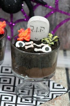 Looking for a fun and easy recipe for your Halloween party? This graveyard pudding is a cinch to make yet is fully of spooky goodness! Halloween Donuts, Halloween Party, Crafts For Kids To Make, Food To Make, Pumpkin Carving Tips, Spooky Food, Summer Bbq, Breakfast Smoothies, Easy Meals