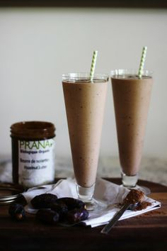 This Rawsome Vegan Life: THE HEALTHY NUTELLA MILKSHAKE : 4 frozen bananas 1 tablespoon cacao powder 1 tablespoon Prana's organic hazelnut butter 6 Medjool dates cups nut milk or water Blend it all up, adding as much or as little liquid as you want. Nutella Smoothie, Nutella Milkshake, Vegan Smoothies, Smoothie Drinks, Smoothie Recipes, Clean Smoothie, Healthy Milkshake, Nutella Recipes, Foods