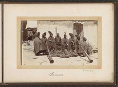 D.T. Dalton | Groep Tibetaanse geestelijken (lama's) met blaasinstrumenten (dunchen), D.T. Dalton, 1903 - 1906 | Onderdeel van Fotoalbum met 24 foto's van de reis van legertelegrafist D.T. Dalton door Tibet.