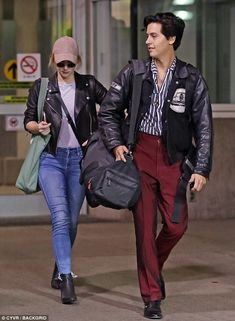 Riverdale's Cole Sprouse & Lili Reinhart Travel Back to Canada Together!: Photo It looks like Cole Sprouse and Lili Reinhart really enjoy each other's company off the set! The Riverdale actors, who are also heavily rumored to be an IRL couple,… Riverdale Betty, Bughead Riverdale, Riverdale Memes, Betty Cooper Riverdale, Cole Sprouse Funny, Dylan Sprouse, Camila Mendes Riverdale, Cole Spouse, Lili Reinhart And Cole Sprouse