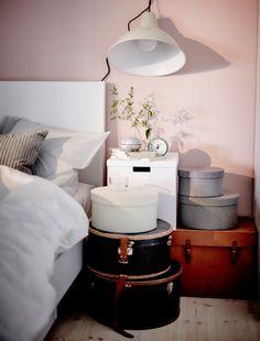 Wir fanden die Idee gut, u. a. aus KVARNVIK Schachteln in Grau   und Kästen einen einfachen Ablagetisch neben dem Bett zu gestalten und gleichzeitig Platz zu sparen.