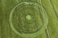 Cercle mystérieux de 45 m de diamètre apparu à Luton, Wiltshire, Angleterre le 1er juin 2008. Selon Mike Reed, un astrophysicien américain, il indiquerait la valeur de Pi .
