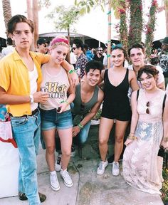 Cole Sprouse, Lili Reinhart, Ross Butler, Camila Mendes, Casey Cott and a fan at Coachella 2017 Riverdale Archie, Bughead Riverdale, Riverdale Memes, Ross Butler Riverdale, Riverdale Funny, Betty Cooper, Archie Comics, Funny Comics, Dan Howell