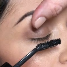 skin care Scars longer lashes - This Weird Mascara Trick Has Changed the Lashes of My Entire Friend Group Drugstore Mascara, Mascara Tips, Best Mascara, How To Apply Mascara, Applying Mascara, Apply Eyeliner, Acne Scar Removal, Long Lashes, Makeup