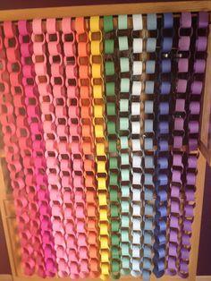 Painel de correntes de papel em cores lindas! <br>___________________________________ <br>- Feito com tiras de papel em alta gramatura. <br>Conjunto que forma 15 correntes de 1,30m cada(depois de montadas) . <br> <br> <br>Consulte a disponibilidade de cores antes de efetuar a compra. <br>- Cores básicas como: Amarelo, branco, rosas, azuis e verdes estão sempre disponíveis. <br>Se deseja um tom específico, por favor consulte! <br> <br>** lembrando que o papel pode ser estampado com a estampa…