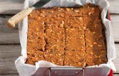 Saftiga chokladrutor i långpanna med nötkola – ljuvligt gott och lätt att baka. Hemligheten är att vi ringlar karamelliserad mjölk över långpannekakan efter gräddningen!