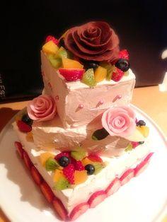 職場の仲良し後輩2人が入籍❤会社の仲間50人くらいでお祝い会をすることに そこで・・サプライズのウエディングケーキ制作の依頼を頂いてしまいましたっこんな素人に任せる幹事の気がしれないけど(>_<) 通勤途中も会議中も常にケーキの事を考えた日々(笑)無事できてよかったぁ☺ 末長くお幸せに〜✨ - 98件のもぐもぐ - ウエディングケーキ❤ by shino3