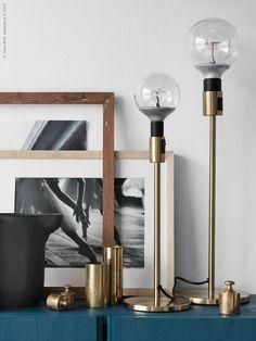 Mässing gör sig lika bra i en minimalistisk vit inredning som i en mer ombonad retromiljö. Placera bordsmodellerna i ett stilleben som blickfång på förvaringsmöbeln. Den nya LED lampan NITTIO i form av en stor glödlampa gör sig bra som stilren ljuskälla i RODD lampfot.