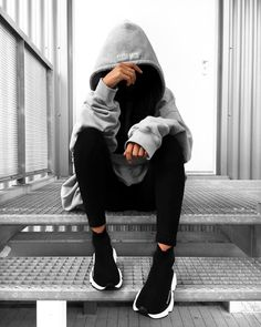 👻 j'adore Who's also in love with big big hoodies ? Girl Photo Poses, Girl Photography Poses, Girl Photos, Street Chic, Street Style, Street Wear, Balenciaga Speed Trainer, Insta Photo Ideas, Foto Instagram