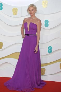 It's British film's biggest night, and all the major stars of awards season have turned out for the London ceremony. From Charlize Theron to Prince William and Kate Middleton, see what everyone's wearing to the 2020 BAFTAs. Charlize Theron, Kate Middleton, Dior Haute Couture, Zoe Kravitz, Rooney Mara, Daisy Ridley, Margot Robbie Fotos, Scarlett Johansson, Vestidos Versace