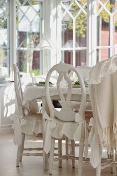 . White Cottage, Rose Cottage, Little White House, Relax, Cottage Design, White Houses, Painted Furniture, Dining Chairs, Dining Room