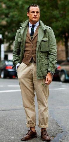 Look de moda: Chaqueta Militar Verde, Chaleco de Vestir de Lana Marrón, Camisa de Manga Larga a Cuadros Celeste, Pantalón Chino Beige