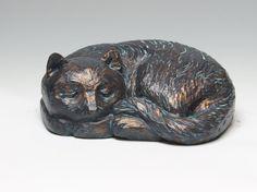 Deze sculptuur van een kat te slapen is ongeveer 20 cm diep, 26 cm breed en 12 cm en weegt amper 6kg. De kat is een cast van een originele houtsnijwerk en behoort tot een beperkte oplage van 20 afgietsels te worden gemaakt van deze snijwerk.  Het is gemaakt met een versie van de koude kant bronzen aanpak waarbij een hars shell te maken en te vullen met een kern van kalksteen korrels gebonden samen met een pleister hars-backed. Dit is vervolgens bekleed met behulp van een vloeibaar…