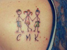 Tatuagem de bonecos de palito simbolizando meus três filhos feita por Thaís Fenty